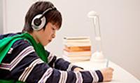 英語のリスニングを勉強している少年