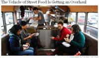 バスレストランで食事をする人たち